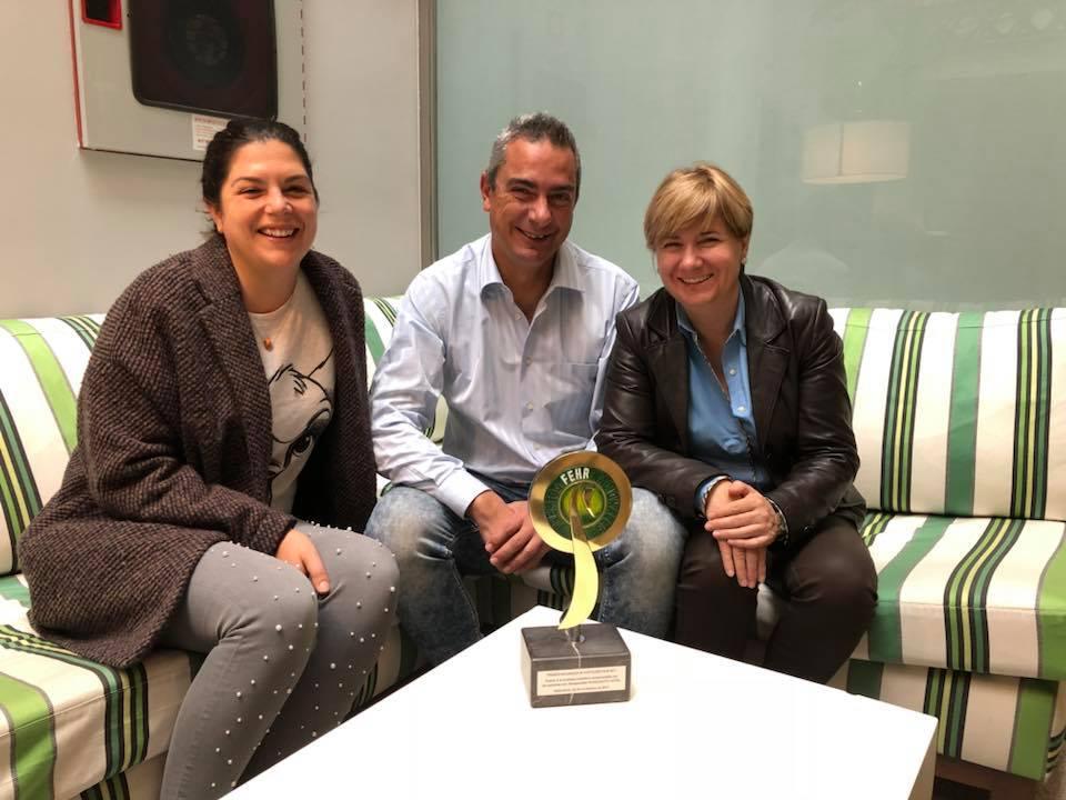 Paco Irizar junto con su esposa, Pilar, y Stefania Guinea, chef del hotel.